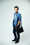 Młody azjatykci mężczyzna z torbą Zdjęcia Stock
