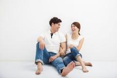 Młody azjatykci pary obsiadanie Na podłoga Zdjęcia Royalty Free