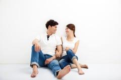 Młody azjatykci pary obsiadanie Na podłoga Fotografia Royalty Free