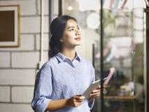 Młody azjatykci wykonawczy działanie na strategiach biznesowych Obrazy Royalty Free