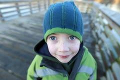 Młody błękit przyglądał się chłopiec jest ubranym zima kapelusz i żakiet outside Zdjęcia Stock