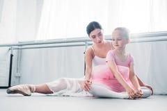 młody baletniczy nauczyciela szkolenie z ślicznym małym dzieckiem zdjęcia royalty free