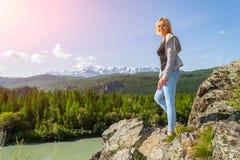 Młody beatifull dziewczyny pobyt na skale na pogodnym ciepłym jesieni summe obrazy stock
