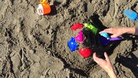 Młody berbeć bawić się z jego matką na plaży zbiory wideo