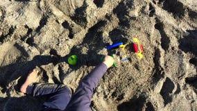 Młody berbeć bawić się z piaskiem zbiory