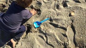 Młody berbeć bawić się z piaskiem zbiory wideo