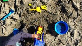 Młody berbeć bawić się z piaskiem zdjęcie wideo