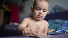 Młody berbecia dziecko bawić się z smartphone zdjęcie wideo