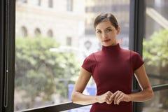 Młody biały bizneswoman opiera okno przy pracą fotografia royalty free