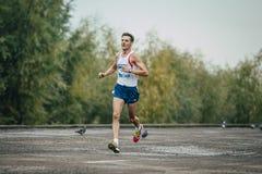 Młody biegacz biega wzdłuż rzeki Zdjęcia Royalty Free