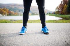 Młody biegacz w jesień parka pozyci na betonowej ścieżce obrazy royalty free