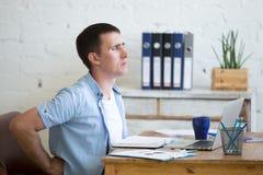 Młody biurowy mężczyzna cierpienie od backache zdjęcia stock