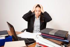 Młody biznes ubierał kobiety pracuje przy jej biurkiem zdjęcia stock