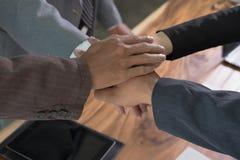 Młody biznesmen łączy rękę, biznesu drużynowy macanie wręcza tog obrazy stock