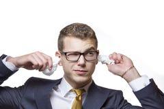 Młody biznesmen czyści jego ucho z bawełnianą tkanką Zdjęcie Royalty Free