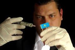 Młody biznesmen daje pieniężnemu zastrzykowi Kazakhstani flaga obraz royalty free