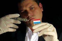 Młody biznesmen daje pieniężnemu zastrzykowi Luksemburg flaga obraz royalty free
