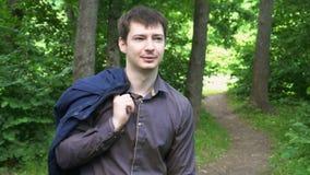 Młody biznesmen iść przez drewien na słonecznym dniu zbiory