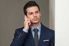 Młody biznesmen na telefonie fotografia stock
