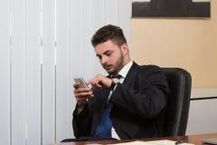 Młody biznesmen na telefonie zdjęcie stock