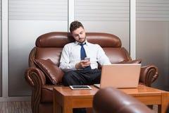 Młody biznesmen na telefonie obraz stock