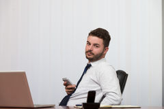 Młody biznesmen na telefonie zdjęcia stock