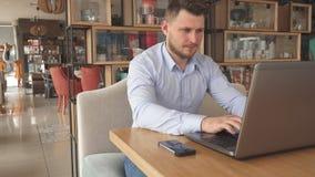 Młody biznesmen obraca daleko jego telefon
