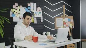 Młody biznesmen patrzeje laptop w słuchawki mówieniu kamerą internetową zbiory wideo
