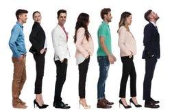 Młody biznesmen patrzeje w górę podczas gdy stojący w linii zdjęcia stock