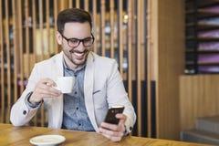 Młody biznesmen Pije kawę fotografia stock