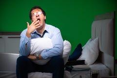 Młody biznesmen pod stresem w sypialni przy nocą zdjęcie stock