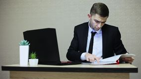 Młody biznesmen pracuje przy biurem, pisać na maszynie na laptopie zdjęcie wideo