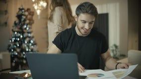 Młody biznesmen pracuje z dokumentami przy bożymi narodzeniami Mąż pracuje przy zimą zbiory wideo
