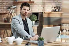 Młody biznesmen pracuje z laptopem obrazy stock
