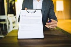 Młody biznesmen przedkłada życiorys pracodawca przegląd zdjęcie royalty free