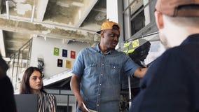 Młody biznesmen przedstawia rezultat nowy plan biznesowy cowoker podczas biznesowego spotkania w biurze zbiory wideo
