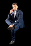 Młody biznesmen siedzi przypadkowego kostium Obraz Stock