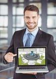 Młody biznesmen uśmiecha się projekt nowy pokój konferencyjny na komputerze i piłuje (zieleń, gre Zdjęcie Stock