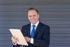 Młody biznesmen używa jego peceta zdjęcie stock