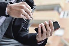 Młody biznesmen używa smartphone Zdjęcia Stock