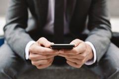 Młody biznesmen używa smartphone Zdjęcia Royalty Free