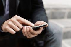 Młody biznesmen używa smartphone Zdjęcie Royalty Free