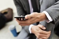 Młody biznesmen używa smartphone Fotografia Stock