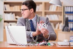 Młody biznesmen uzależniał się online uprawia hazard kart bawić się w t Obraz Stock