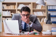 Młody biznesmen uzależniał się online uprawia hazard kart bawić się w t Fotografia Stock