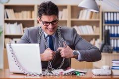 Młody biznesmen uzależniał się online uprawia hazard kart bawić się w t Zdjęcie Royalty Free