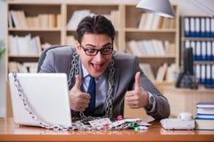 Młody biznesmen uzależniał się online uprawia hazard kart bawić się w t Zdjęcia Stock
