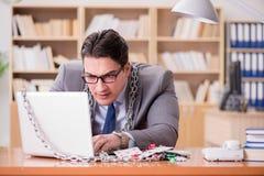 Młody biznesmen uzależniał się online uprawia hazard kart bawić się w t Obraz Royalty Free