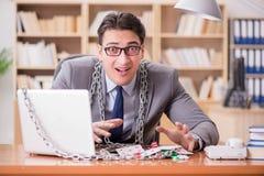 Młody biznesmen uzależniał się online uprawia hazard kart bawić się w t Obrazy Royalty Free