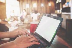 młody biznesmen wręcza używać laptop z czerwoną filiżanką Obraz Stock